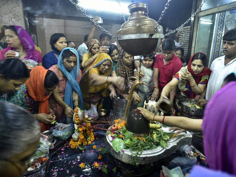 Devotees offer prayers on the occasion of Shivratri Festival  in New Delhi. (Raj K Raj/HT Photo)