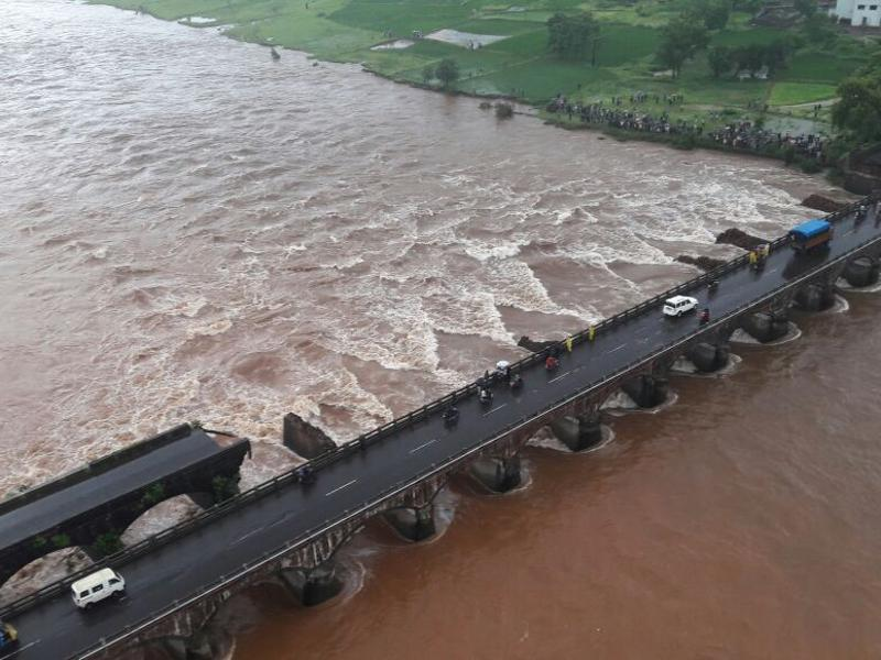 Over 22 people went missing when nearly 10 vehicles, including two state transport buses, are fell into the Savitri river after a section of the Mumbai-Goa highway bridge near Mahad collapsed in Raigad district late on Tuesday night. (HT Photo)