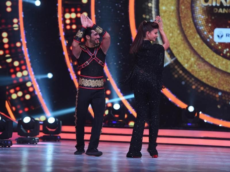 Arjun Bijlani  joins Jacqueline in the naagin dance.