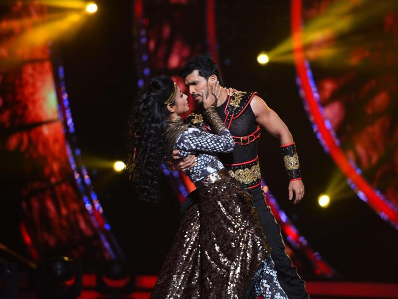Mouni Roy and Arjun Bijlani perform on Malhari from Bajirao Mastani.