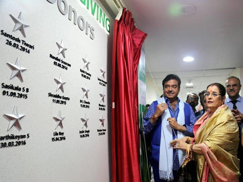 Actor-politician Shatrughan Sinha, along with his wife Poonam Sinha, unveiling organ donors wall on the occasion of World Organ Donation Week in Mumbai. (PTI)