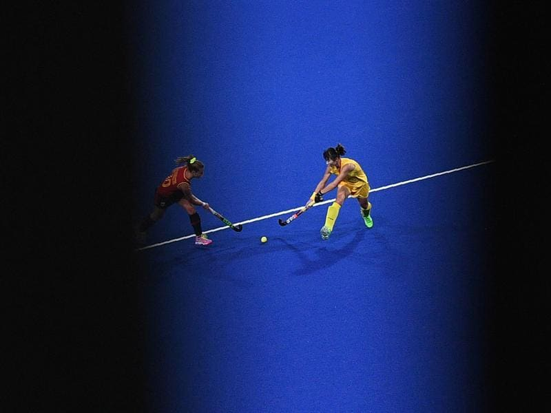 China's Song Qingling (R) vies with Spain's Berta Bonastre during the womens's field hockey Spain vs China. (AFP photo)