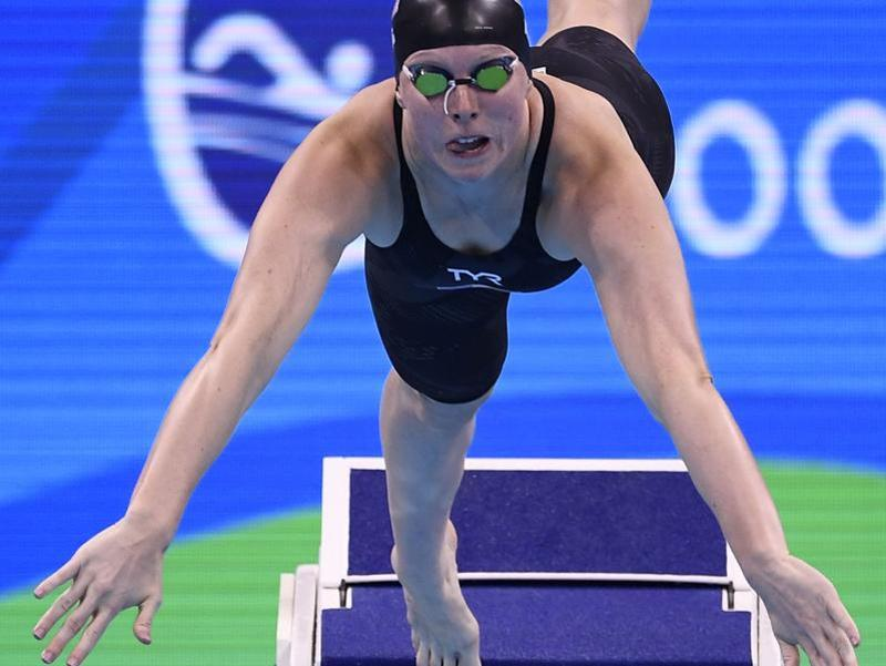 USA's Lilly King  took the lead at the turn in the women's 100m breaststroke final. (AFP photo)