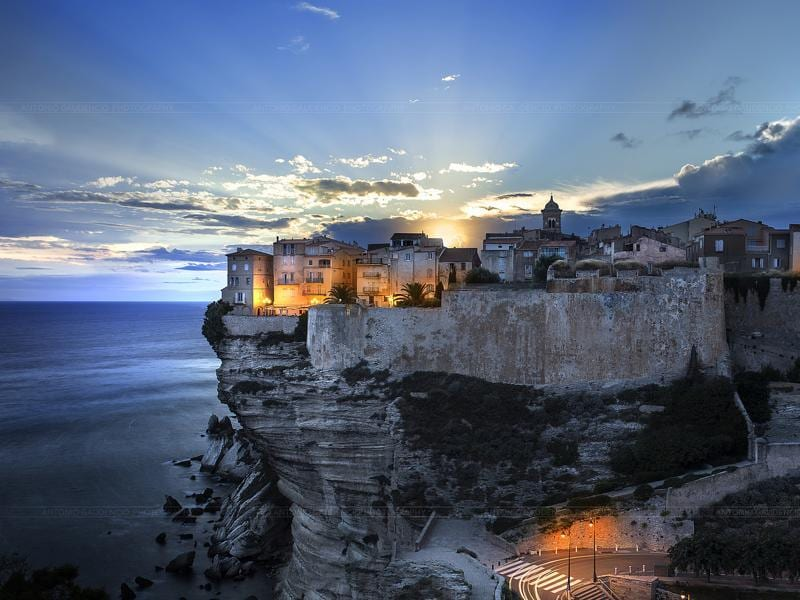 Let's start with Bonifacio. This clifftop town never fails to amaze visitors with the steep precipices that made it famous. The vestiges of the past give it an added attraction. Perched at the very southern end of Corsica, this citadel is stormed by visitors every summer.