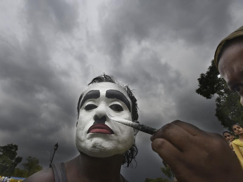 Monu's daughter-in-law Lipy helps in the makeover, painting his face white and black.    (Raj K Raj/HT PHOTO)