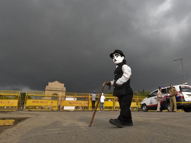 Bowler hat and cane in hand, 'Charlie Mama' now starts work, circling around the India Gate to work his charm on tourists.   (Raj K Raj/HT PHOTO)