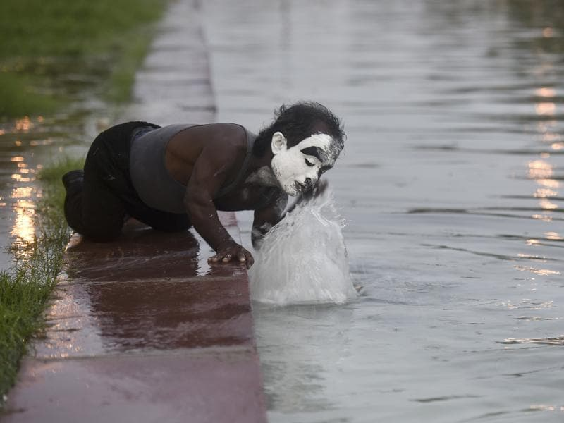 He washed off his make up at the fountain, going back to being Monu. (Raj K Raj/HT PHOTO)