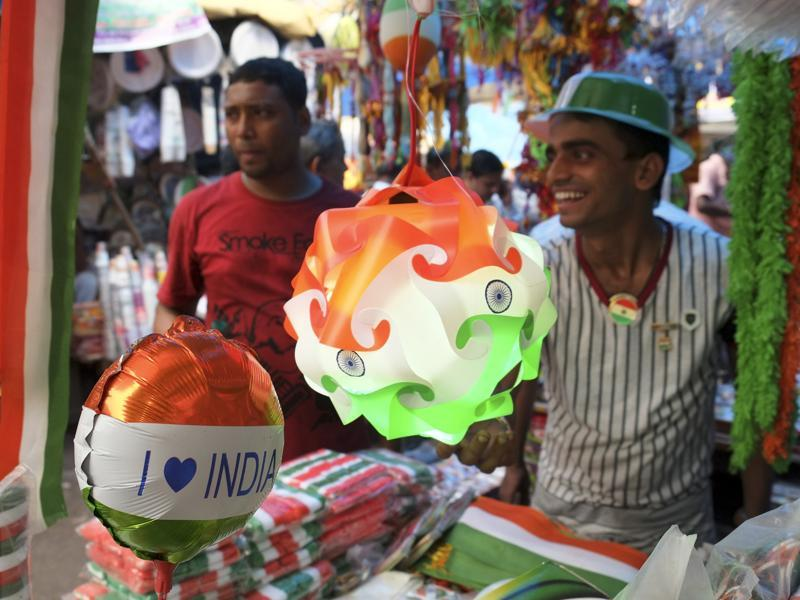 Tricoloured lamps at Kolkata markets ahead of Independence Day. (Subhendu Ghosh/ht photo)