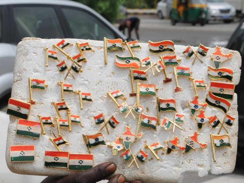 There's always good business for merchandise such as mini Indian flags, Indian flag pins,  around August 15. A hawker displays his selection at Gurgaon's Sector-56.  (Parveen Kumar/HT Photo)