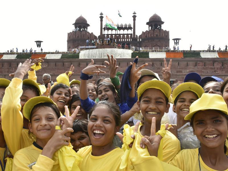 School children having fun at the historic Red Fort during 70th Independence Day celebrations in New Delhi.  (Vipin Kumar/HT PHOTO)