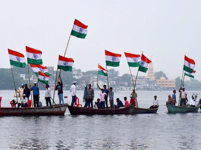 Fishermen taking out 'Tiranga Yatra' on boats in lower Lake to mark 70th Independence day in Bhopal on Monday. (PTI)