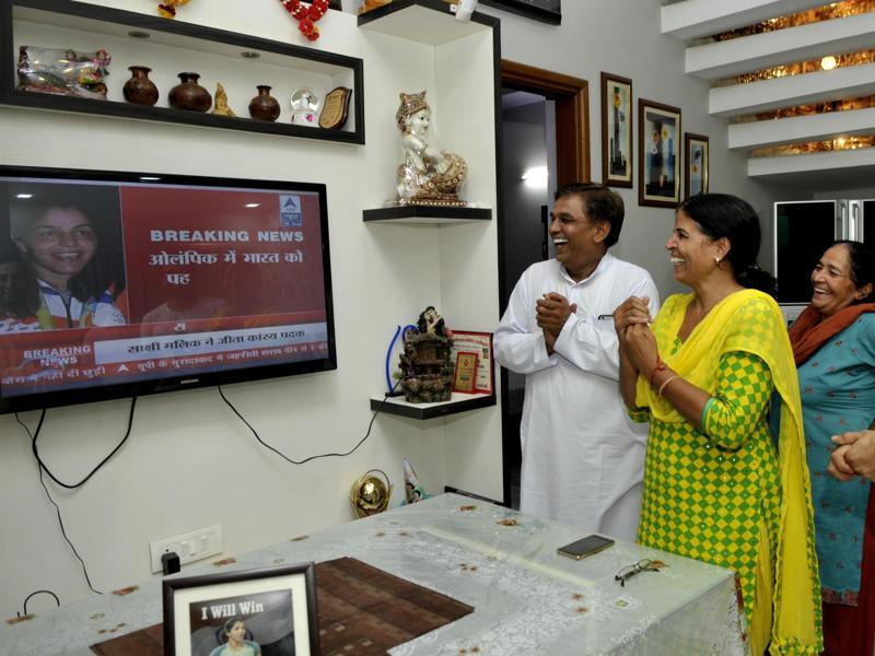 The parents of Sakshi Malik celebrate in their Rohtak home after she won bronze in the 58 kg category at the Rio Olympics early on Thursday.  (RAVI KUMAR/HT)