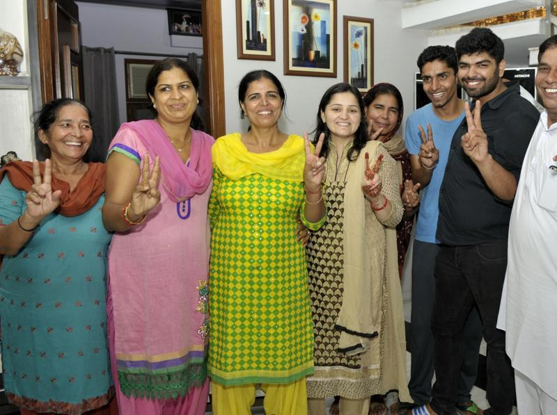 The parents of Sakshi Malik are joined by relatives and well wishers in their Rohtak home after the wrestler struck bronze at the Rio Olympics (RAVI KUMAR/HT)