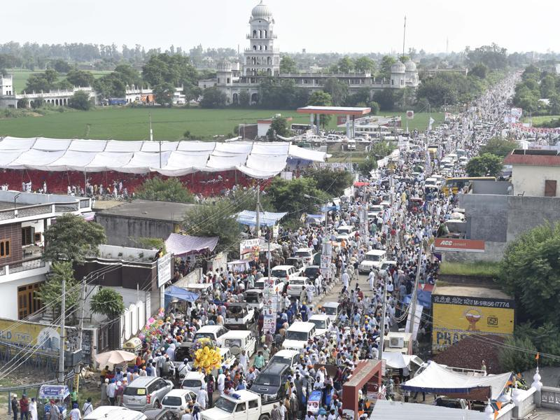 A large stream of people from all over Punjab and the region at the Rakhar Punia fair at Baba Bakala in Amritsar district on Thursday. (Gurpreet Singh/HT Photo)