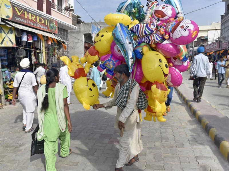 A man sells balloons at the Rakhar Punia fair at Baba Bakala in Amritsar district on Thursday. (Gurpreet Singh/HT Photo)