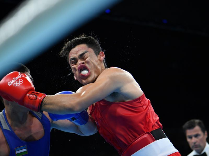 Mexico's Misael Uziel Rodriguez (red) fights Uzbekistan's Bektemir Melikuziev (blue) during the men's middle (75kg) semifinal 2 match at the Riocentro - Pavilion 6 in Rio de Janeiro on August 18. (Yuri Cortez / AFP Photo)
