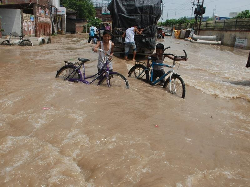 The Ganga floods a  street in Varanasi. As many as 225 villages in UP are also in the grip of the rising river.  (Rajesh Kumar / HT PHOTO)