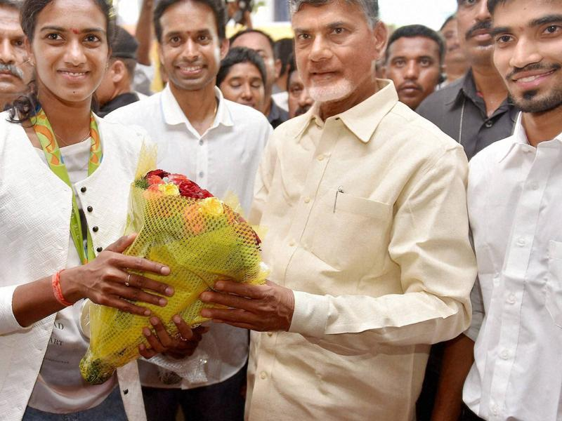 N Chandrababu Naidu poses for a photo with Sindhu, coach Pullela Gopichand and fellow player Srikanth Kidambi, who advanced to the quarterfinals of the men's singles in Rio. (PTI)