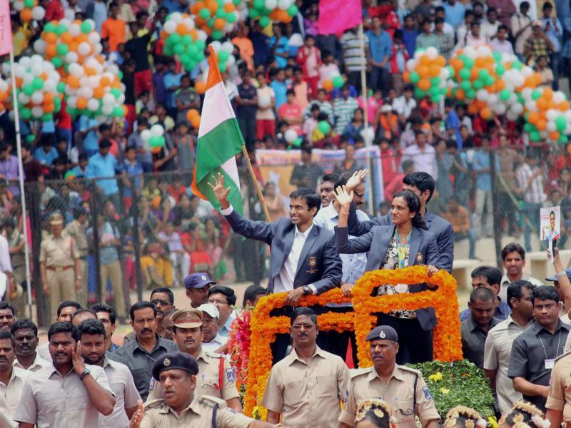 Sindhu and Gopichand arrive in Hyderabad's Gachibowli Stadium for a felicitation function. (PTI)