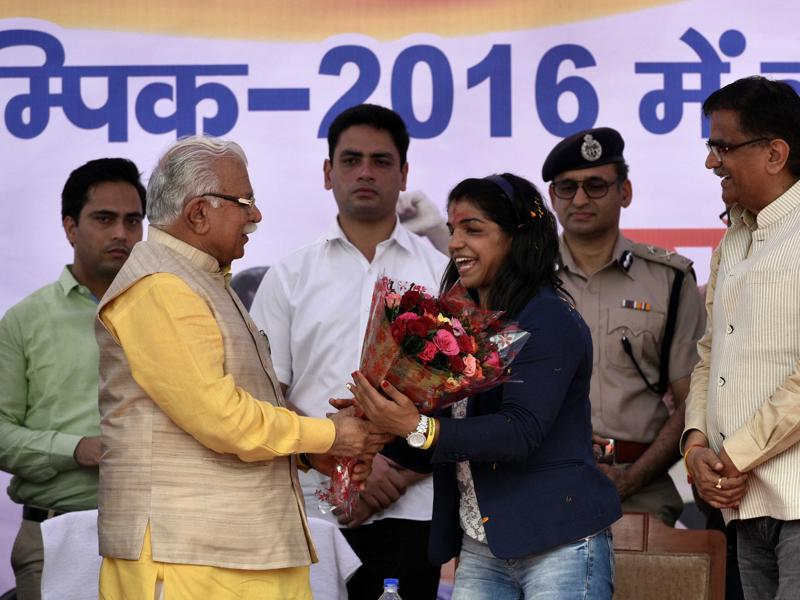 Sakshi Malik is felicitated by Haryana Chief Minister Manohar Lal Khattar in Bahadurgarh city of Haryana. (Arun Sharma/HT PHOTO)