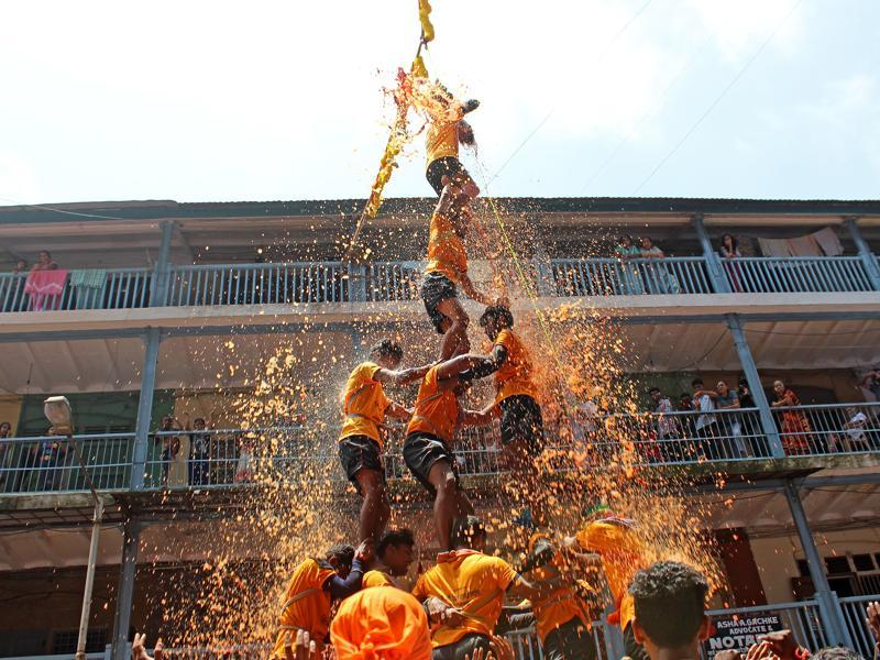 The Dadar Bazar team smashes the dahi handi during the Gopal Kala celebrations at Dadar on Thursday. (Satyabrata Tripathy/ HT)