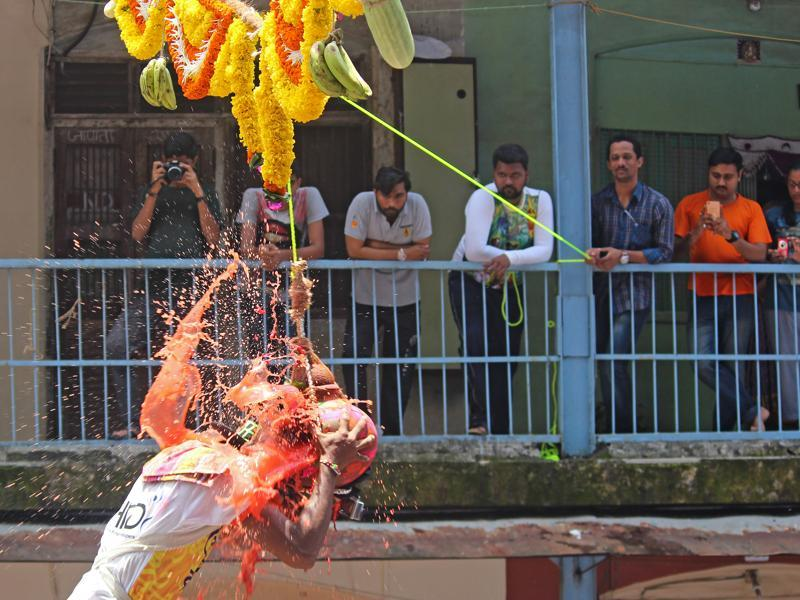 The Dadar Bazar team breaks the dahi handi during the Gopal Kala celebrations at Dadar on Thursday. (Satyabrata Tripathy/ht)