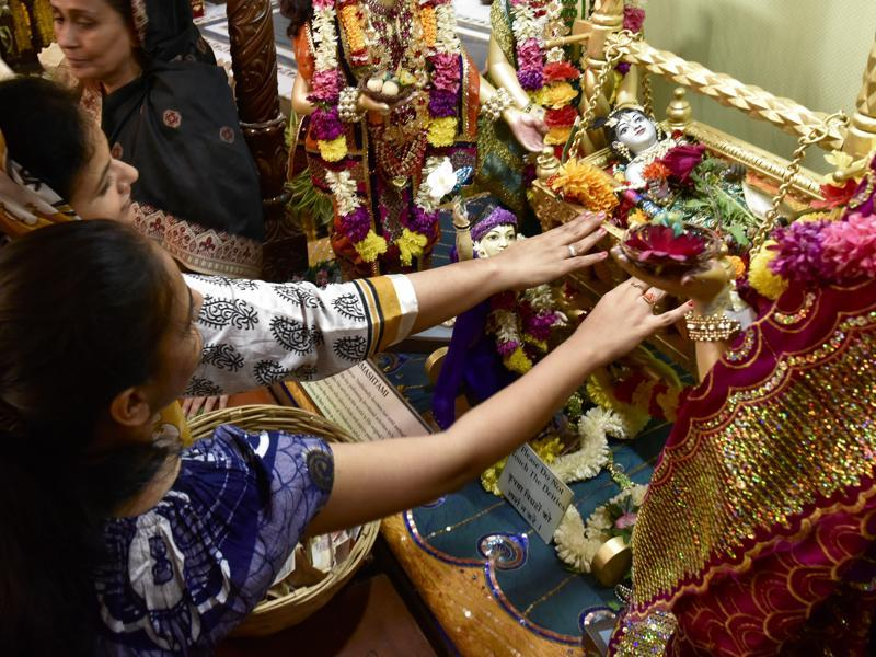 Devotees offers prayers during the Maha Aarti on Thursday. (Arijit Sen/HT )