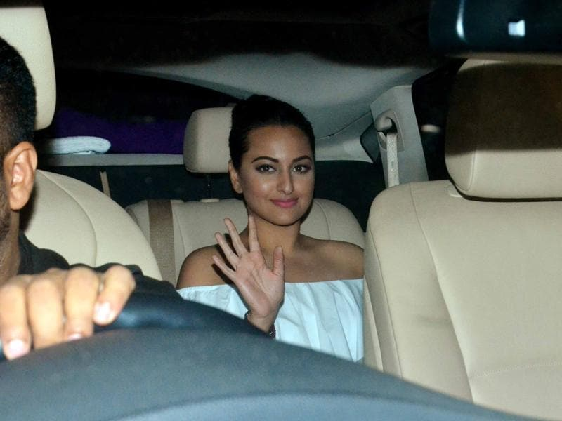 Sonakshi Sinha waves to the shutterbugs as she arrives. (Yogen Shah)
