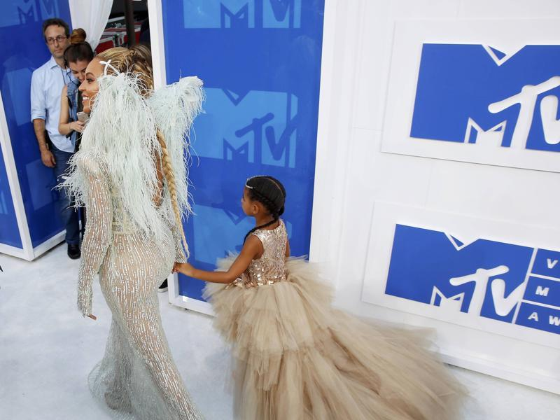 Beyonce arrives at the 2016 MTV Video Music Awards with daughter Blue Ivy. (REUTERS)