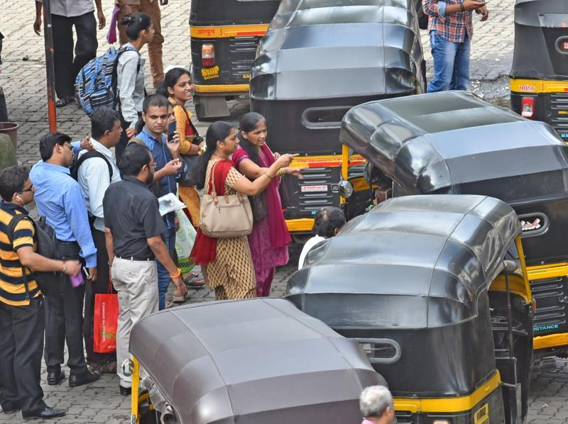 Commuters argue with auto drivers  outside Andheri station  as the strike gets lukewarm response in the city.  (Vidya Subramanian/ht photo)