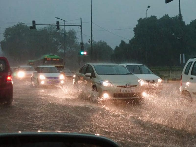 Vehicles plod through water-logged Sardar Patel Marg, which is a major road in New Delhi) (Gurinder Osan/HT PHOTO)