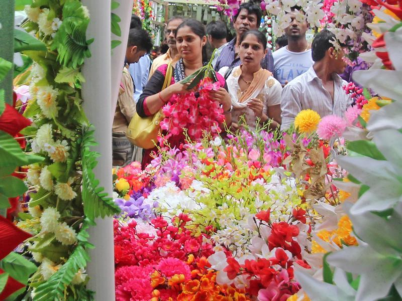 READY FOR FESTIVITIES: Devotees buy flowers at Crawford Market before Ganeshotsav. (Satyabrata Tripathy/ht )
