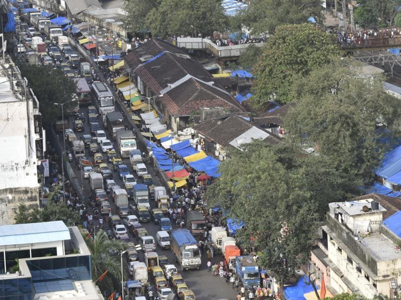 FESTIVE CROWD: A traffic snarl on Senapati Bapat Marg, near Dadar  railway station, owing to devotees crowding the markets. (Anshuman Poyrekar/HT)