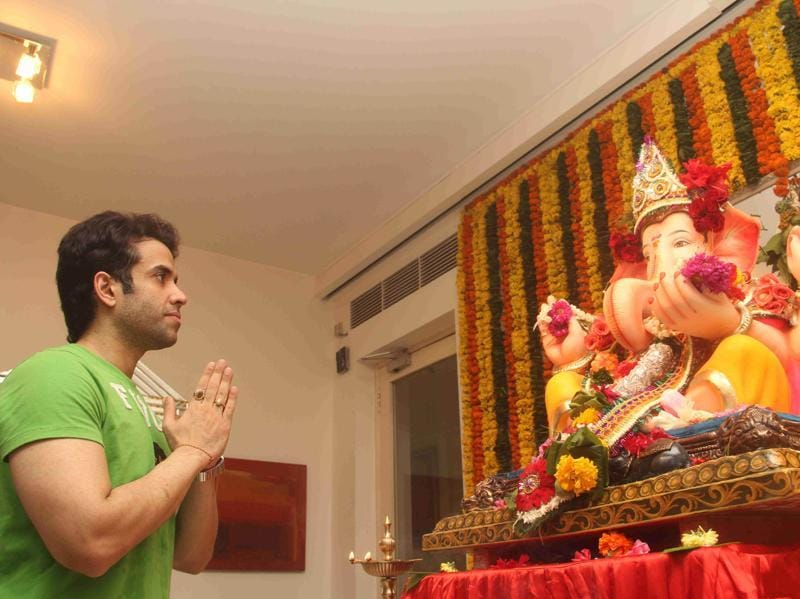 Tusshar Kapoor prays to a Ganesha idol.
