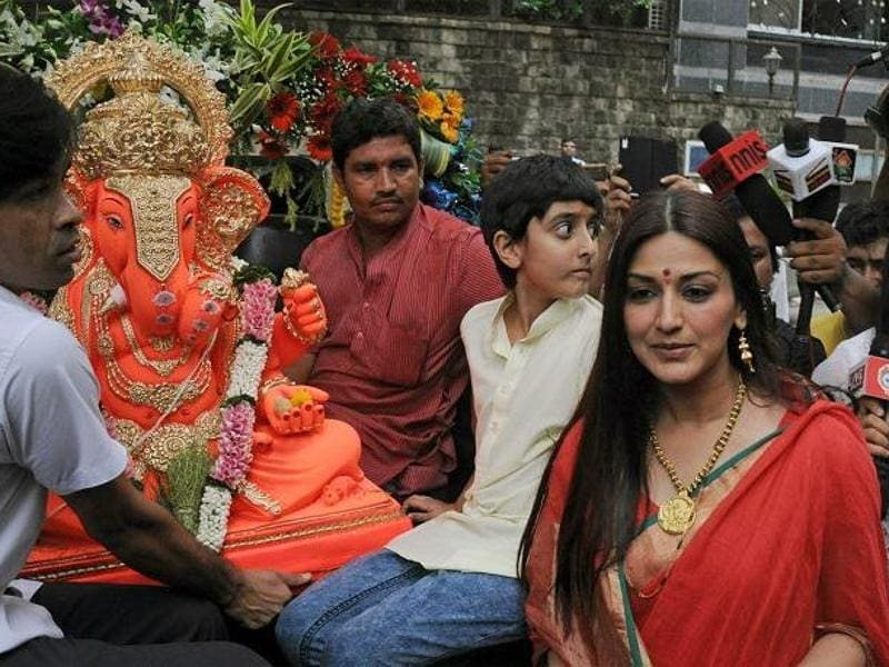 Sonali Bendre Behl can be seen giving Lord Ganesha a grand send-off.  (Twitter)