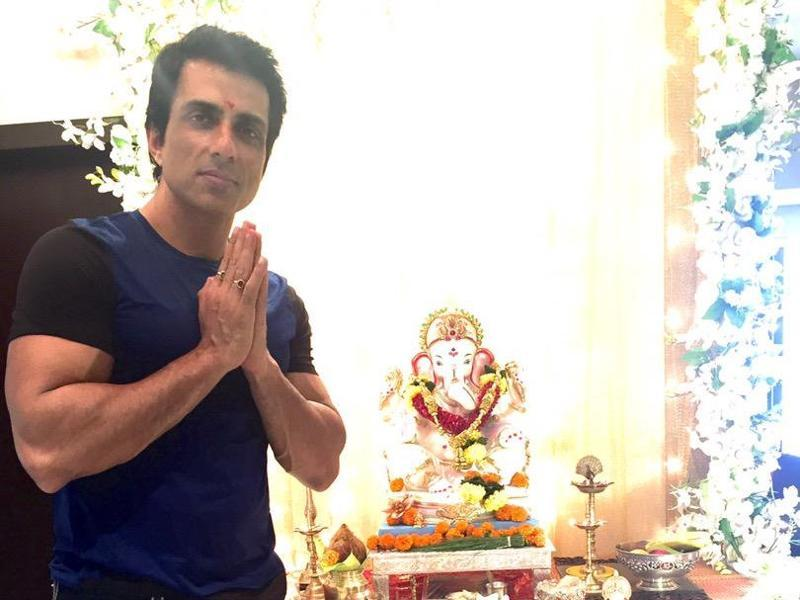 Sonu Sood offering prayers to Ganpati. (Twitter)