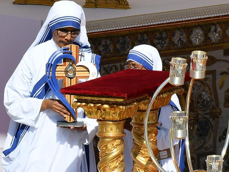Nuns of the Missionaries of Charity, the religious order founded by Mother Teresa of Kolkata, carry the mother's relics during her canonisation in Saint Peter square at the Vatican on Sunday. (VINCENZO PINTO/AFP)