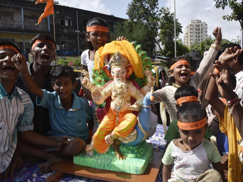 People carry an idol of Lord Ganesha in Dadar in Mumbai. The city will play host to 250 big Ganesh pandals this festival. (Anshuman Poyrekar/HT PHOTO)