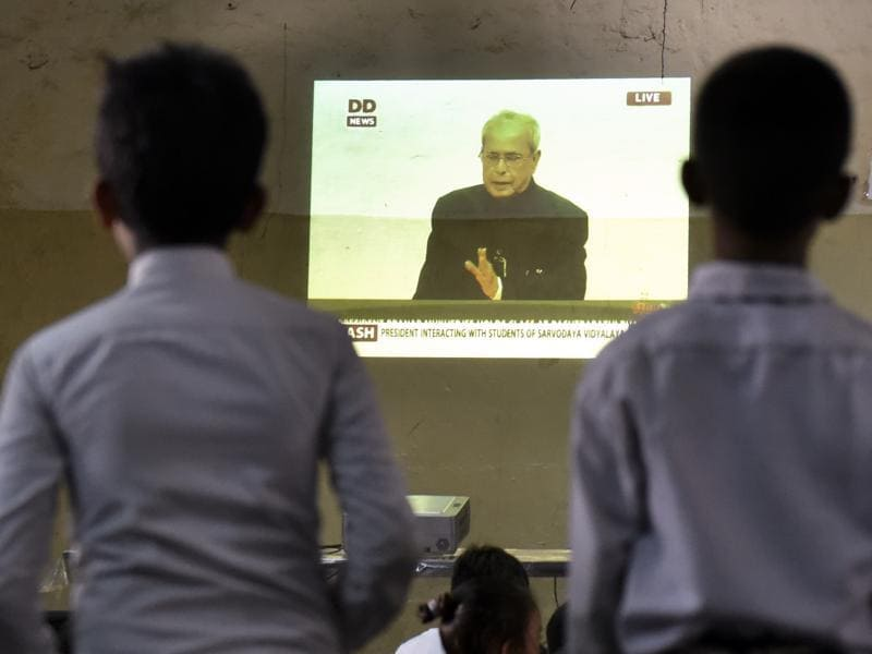 Students of Shaheed Hemu Kalani Sarvodaya Bal Vidhyalaya School at Lajpat Nagar watching live telecast of the speech of President Pranab Mukherjee on the occasion of Teachers' Day in New Delhi on Monday. (Ravi Choudhary/HT PHOTO)