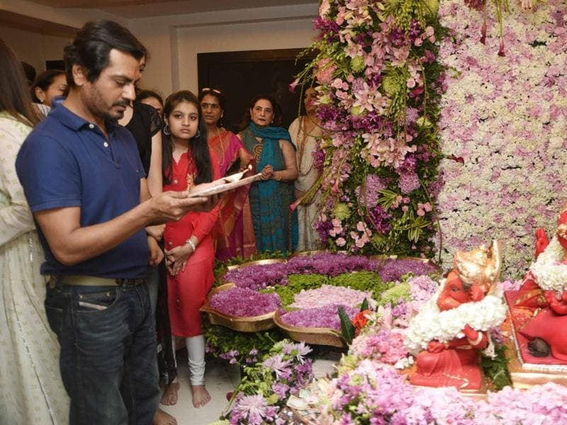 Nawazuddin Sidduiq performs aarti at Salman's residence during Ganesha festival celebrations. (Yogen Shah)