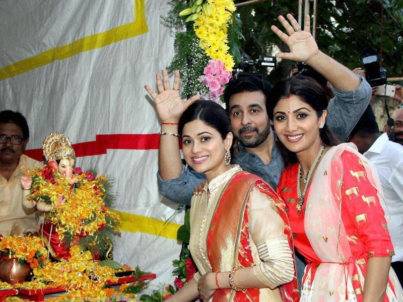 Mumbai: Bollywood actor Shilpa Shetty with husband Raj Kundra and Shamita Shetty participate in a procession for the immersion of an idol of Lord Ganesha in Mumbai on Tuesday. PTI Photo (PTI9_6_2016_000251B) (PTI)