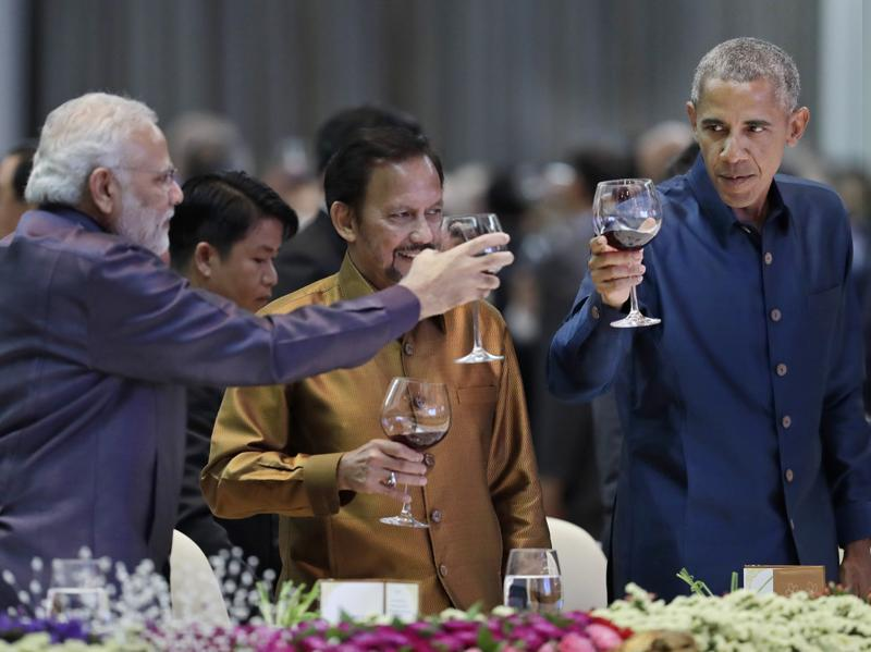 From left, Prime Minister Narendra Modi, Brunei's Sultan Hassanal Bolkiah and US President Barack Obama, toast at the ASEAN Gala Dinner in Vientiane, Laos,  on Sept. 7, 2016.  (AP)