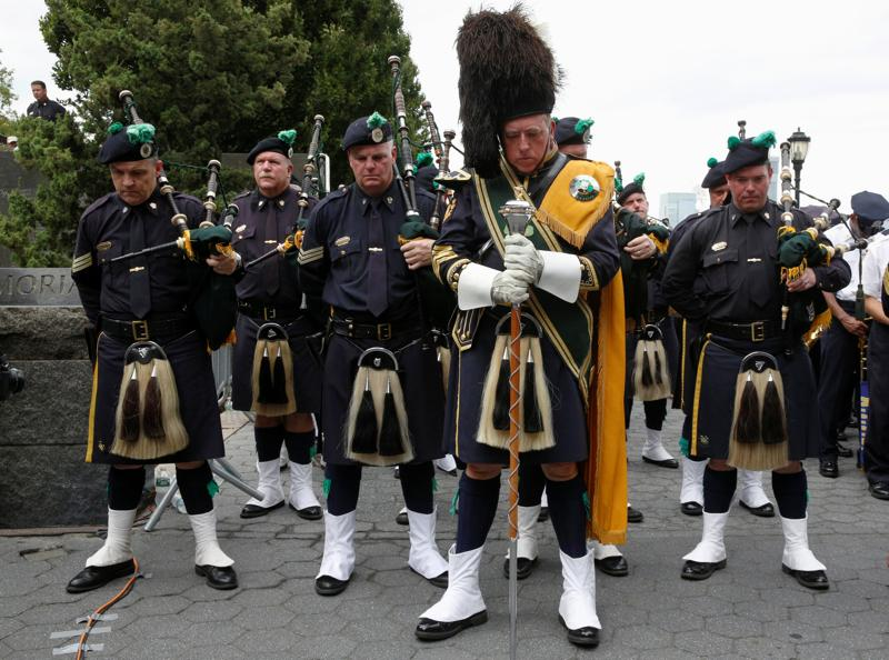 Members of the New York police department's (NYPD) Emerald Society Pipe & Drum Band hold a moment of silence to mark the 15th anniversary of the 9/11 attacks in New York City on September 9, 2016.  (REUTERS)