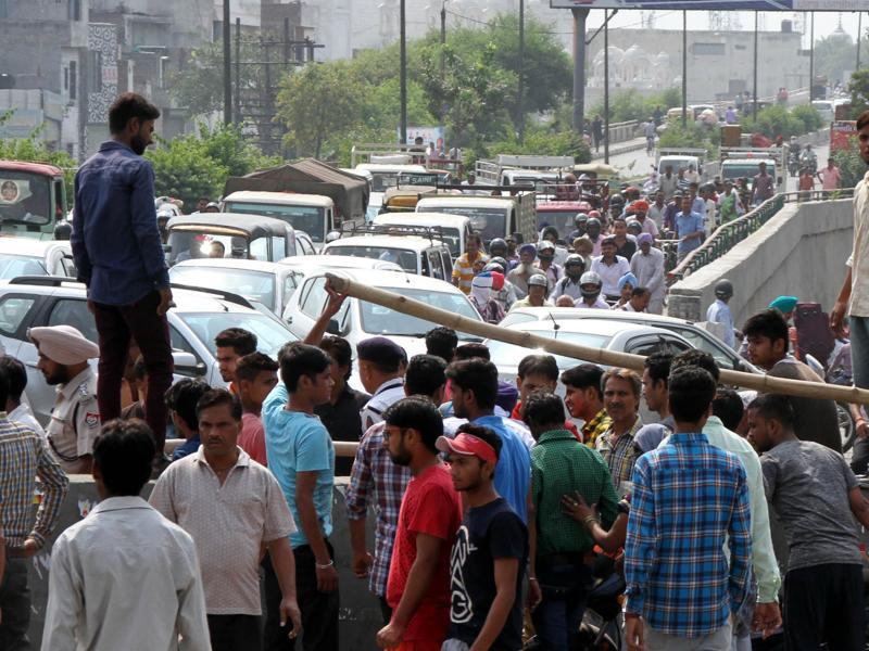 Traffic was halted as the protesters blocked the Jagraon Bridge in Ludhiana for at least 6 hours on Monday. (JS Grewal/HT Photo)