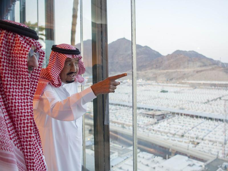 A handout picture provided by the Saudi Royal Palace shows Saudi King Salman bin Abdulaziz (right) looking at temporary accommodation to visiting pilgrims in Mina, near the holy city of Mecca. (AFP Photo)