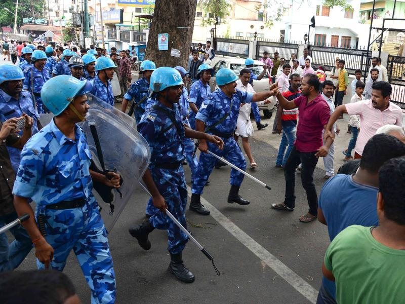 Rapid Action Force and police personnel control the demonstrators as they protested against the SC's verdict that reduced the daily quantum of Cauvery water to be released by Karnataka but increased the duration of the order.  (Kashif Masood/HT Photo)