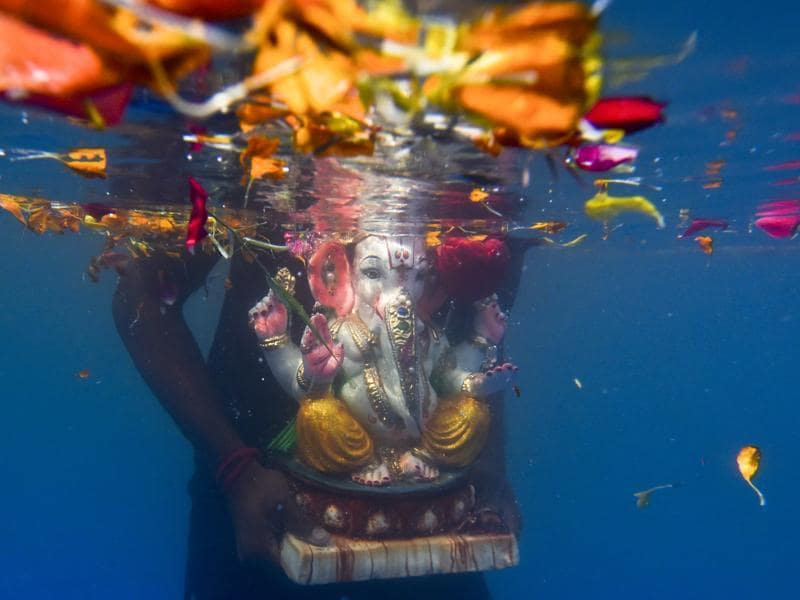 After performing the farewell 'Uttar Pooja', thousands of idols of Lord Ganesh were taken to immersion points in Mumbai. (Kunal Patil/HT Photo)