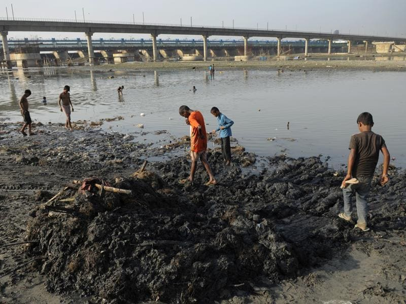 Banks of Yamuna river were being cleaned for a whole day in Noida after the end of 11-day-long Ganesh Chaturthi festival to avoid any Dengue outbreak. (Burhaan Kinu/HT PHOTO)