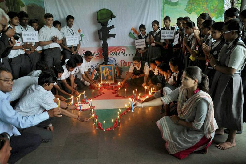 School children paying tribute to the Army soldiers who were killed Uri attack in Surat on Monday.  (PTI)