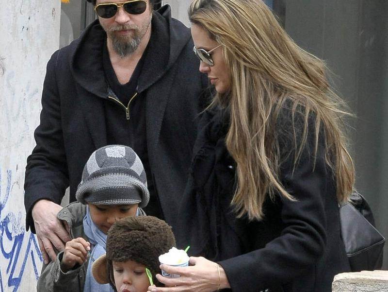 U.S. actors Brad Pitt and Angelina Jolie walk aboard a taxi boat with their son Maddox Chivan Jolie-Pitt and daughter Shiloh Nouvel Jolie-Pitt in Venice, Italy on February 16, 2010.  (REUTERS)